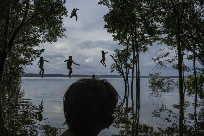 Fotografía anadora del segundo premio de la categoría individual de vida cotidiana, del fotógrafo brasileño del New York Times, Mauricio Lima. La imagen muestra a un grupo de niños de la tribu Munduruku jugando en el río Tapajos en Itaituba (Brasil) el 10 de febrero de 2015. MAURICIO LIMA/WORLD PRESS PHOTO (EFE)