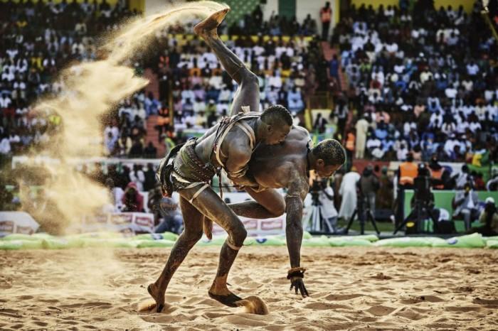 Una de las imágenes del fotógrafo Christian Bobst que han sido galardonadas con el segundo premio Stories (Historias), en la categoría de deportes. Muestra un combate de lucha libre en Dakar, Senegal, el 5 de abril de 2015. CHRISTIAN BOBST (EFE)