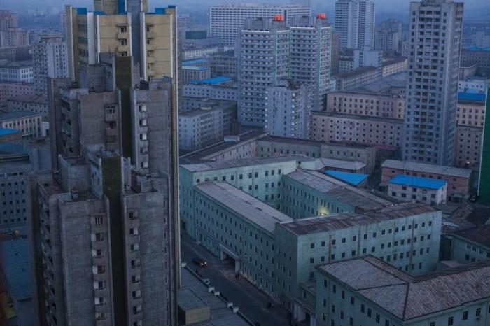 Fotografía de la serie ganadora del tercer premio en la categoría de proyectos a largo plazo de la 59 edición del World Press Photo, del fotógrafo estadounidense David Guttenfelder. La serie está formada por fotografías urbanas y rurales de Corea del Norte que tratan de capturar la vida de sus ciudadanos así como eventos y ceremonias militares. El fotógrafo negoció un acceso sin precedentes en el país y realizó más de 40 viajes a Corea del Norte para realizar este trabajo entre el 25 de febrero de 2008 y el 23 de mayo de 2015. DAVID GUTTENFELDER / WORLD PRESS (EFE)