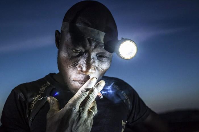 Imagen del fotógrafo Matjaz Krivic, galardonada con el segundo premio People (Gente), en la categoría individual. La imagen muestra a un minero apurando su cigarrillo antes regresar al trabajo en Bani, Burkina Faso, el 20 de noviembre 2015. MATJAZ KRIVIC (EFE)