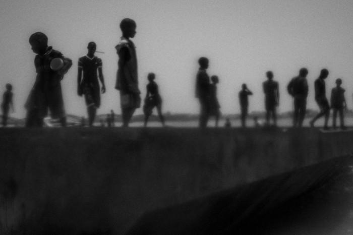 Esta imagen, tomada por Mario Cruz el 20 de mayo de 2015 pertenece a una serie que muestra a niños mendigos talibés en Saint Louis, al norte de Senegal. La serie ha sido galardonada con el primer premio Stories (Historias), en la categoría Asuntos Contemporáneos. MARIO CRUZ (EFE)