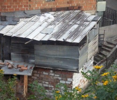 Imagen de la casa de tortura en la comuna 8, lugar donde fueron desmembrados dos niños de 15 años.