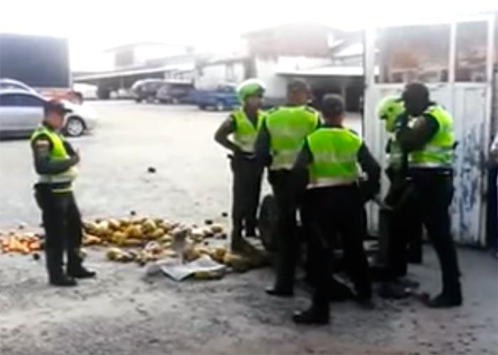 En video: policías golpean a vendedor de frutas en Rionegro