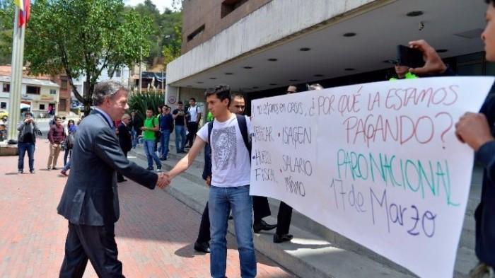 """Martín Santos divulgó esta foto por medio de Twitter diciendo que el Presidente sí había escuchado a los estudiantes. Sin embargo, Acero afirma que el mandatario le dijo """"Piense lo que quiera"""" y luego le echó a la Policía. Foto vía Twitter"""