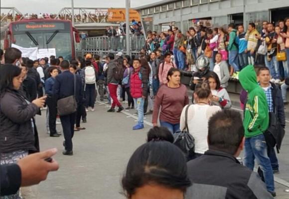Desesperados, habitantes de Soacha bloquean estaciones de Transmilenio