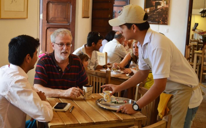 En su época de joven, Patrick Vanryckeghem, trabajó como mesero para pagar los estudios de universidad. Café Santo Domingo en Popayán / Fotografía Elsy Elena Restrepo.