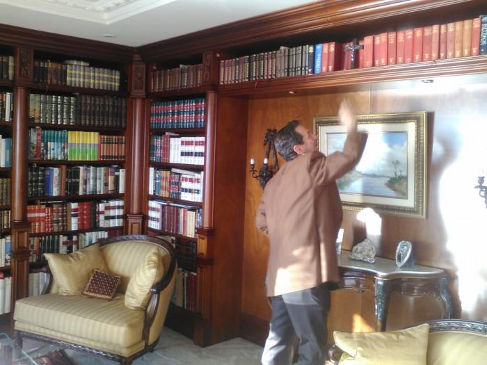Londoño conserva libros heredados de su padre entre los que se encuentran ejemplares del siglo XVI de literatura Francesa. Dice que la donará a la Universidad Sergio Arboleda