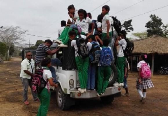 Niños de Arboletes, Antioquia, sin transporte adecuado para llegar a su escuela