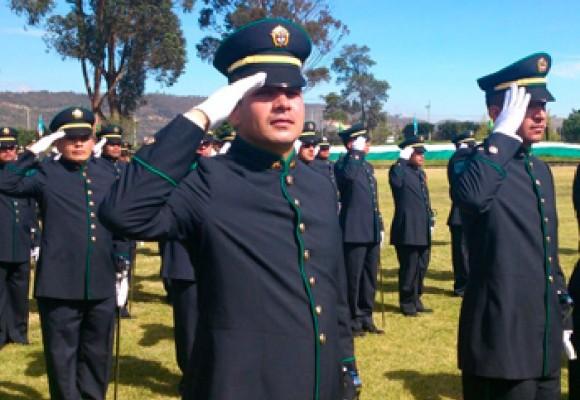 Intendentes de la Policía se graduaron con uniforme y sable prestado