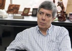 Alan Jara en dificultades por mega-contratos de bilinguismo