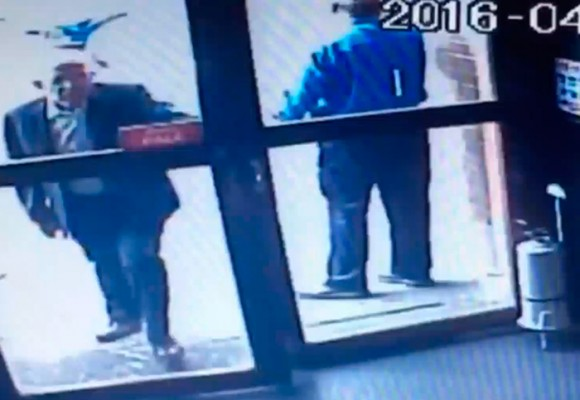 En video: el viejito ladrón de carteras en Archie's