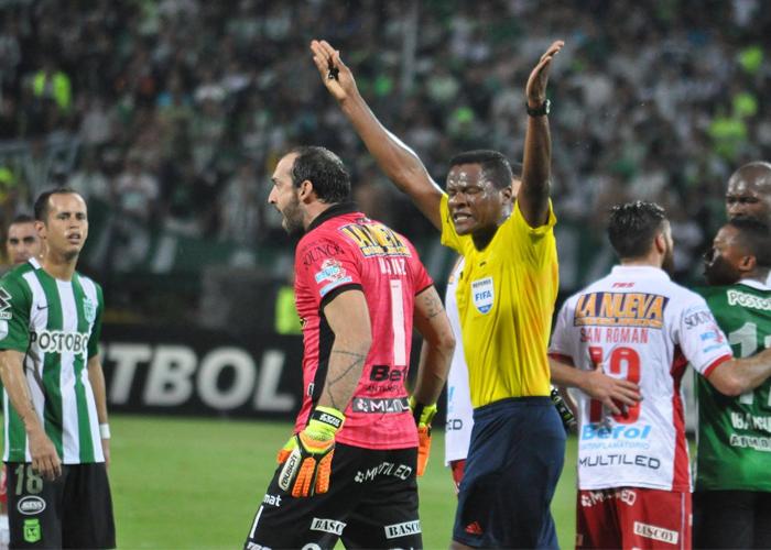 En video: el árbitro le volvió a dar la mano a Nacional