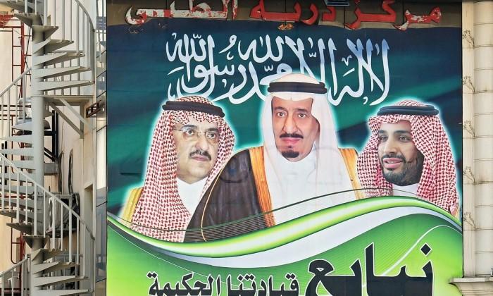 En las calles de Riad se ve esta valla del rey, el sobrino y el hijo, los tres más poderosos del reino