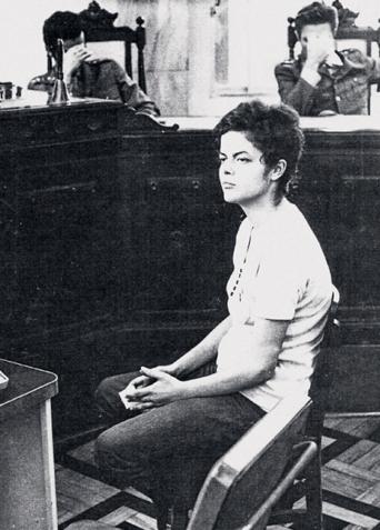 Dilma siendo interrogada en la sede de la Auditoria Militar en Río de Janeiro a finales de 1970, según la Revísta Época, de propiedad de O Globo, el medio más grande del país. Sin embargo, varios portales independientes aseguran que la foto es en 1972, luego que Dilma saliera de la cárcel.