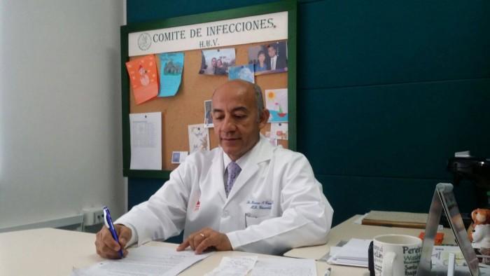 Doctor Hoover Cannabal, director de la oficina de docencia, revisa los proyectos en el comité de infecciones del HUV.