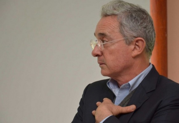 El libro que asesina a Álvaro Uribe Vélez