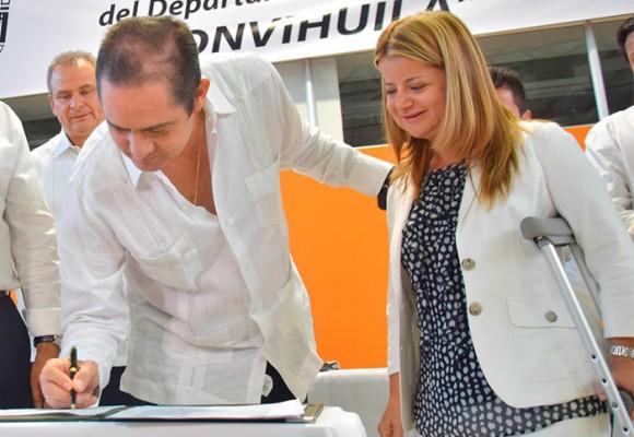 Mientras Santos está en La Habana, Vargas Lleras entrega casas en Buga