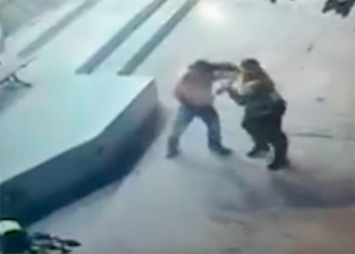 Video: Brutal golpiza de dos policías a un joven en Barranquilla