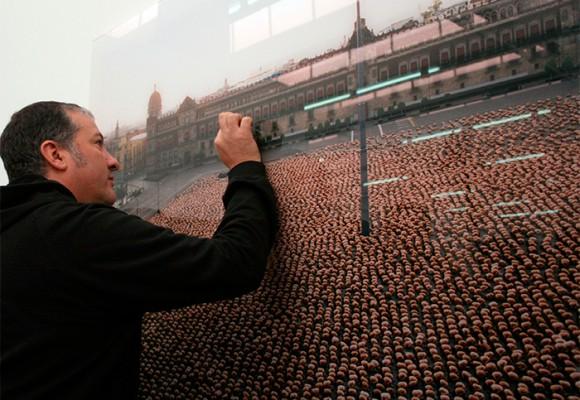 Cuatro mil personas desnudas mirando la casa del presidente Santos