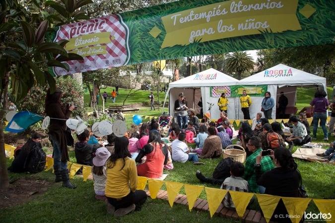 Vive la lectura al aire libre picnic literario en el for Jardin botanico bogota nocturno 2016