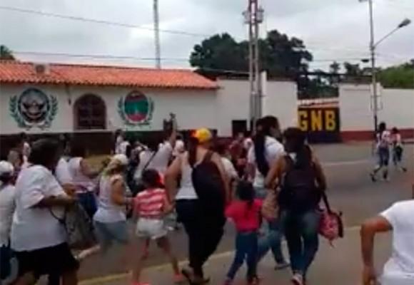 En video: la estampida de venezolanas desesperadas entrando a Colombia por comida