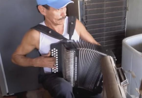Video: el verdadero hombre orquesta vive en San Carlos, Córdoba