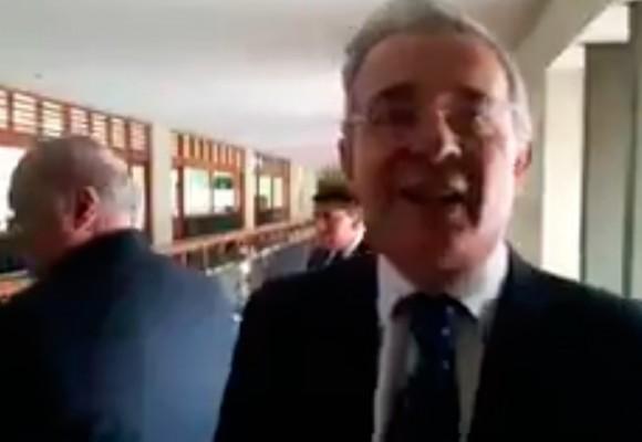 Video: Uribe enfrenta un periodista en la audiencia contra Hollman Morris