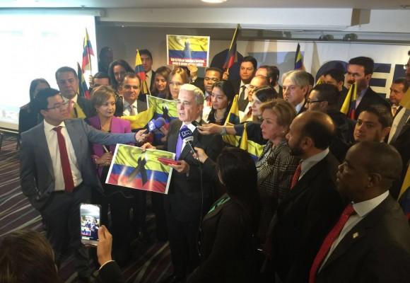 Con banderas enlutadas Uribe  prepara la oposición