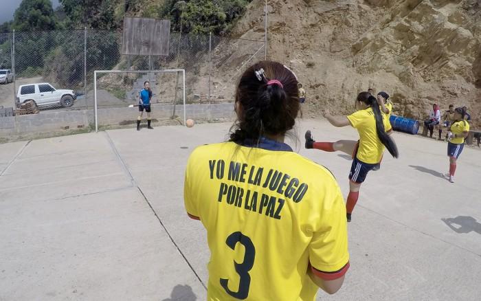 Todas las tardes, guerrilleros juegan fútbol en una cancha improvisada en el campamento