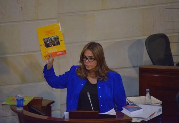 Las cartillas de orientación sexual que Parody le sacó en la cara a Uribe