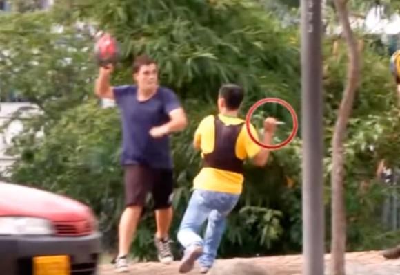 Video: Taxista con cuchillo en mano se pelea con ciclistas