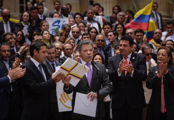 La firma protocolaria de Vargas Lleras en el acuerdo de paz