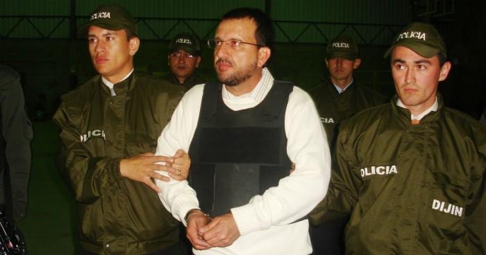 Carlos Mario Jiménez tuvo a su mando a más de 7 mil hombres en armas y entregó dos Helicópteros de su propiedad al servicio de las AUC. Fue el primer para extraditado por Uribe.
