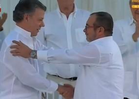 Frente a 5000 personas Timoleón Jímenez y Santos firman el acuerdo final de paz