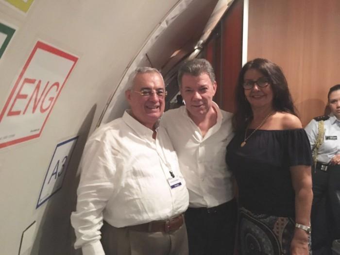 Henry Acosta y su esposa Julieta López con el Presidente en la firma del acuerdo del fin de la guerra