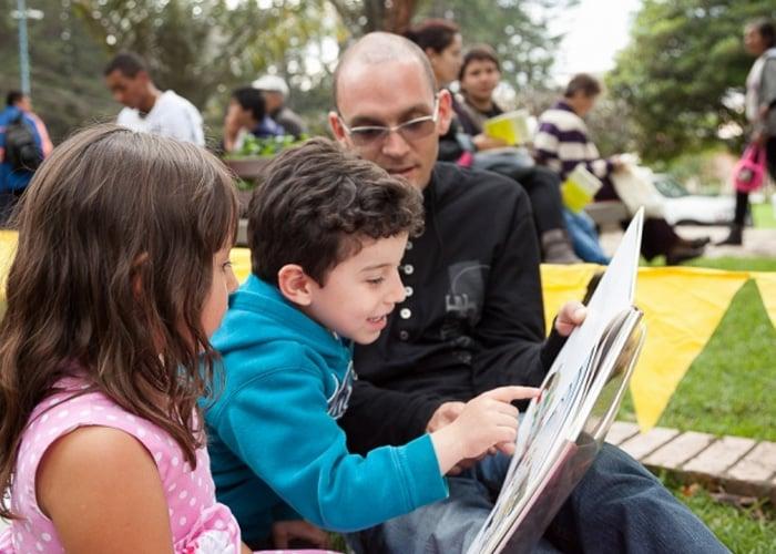 Lectura bajo los árboles del Parque Nacional en Bogotá