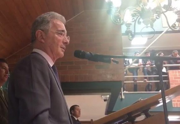 Video: la estudiante que regañó a sus compañeros en defensa de Álvaro Uribe