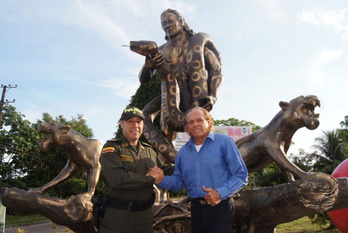 Una estatua de él con Cantalicia y dos jaguares se encuentra en la entrada de Leticia