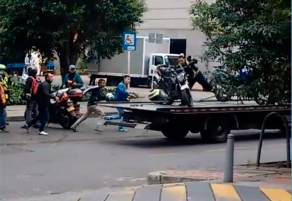 VIDEO: Policía de Tránsito y operario de grúa a punto de causar tragedia en Bogotá