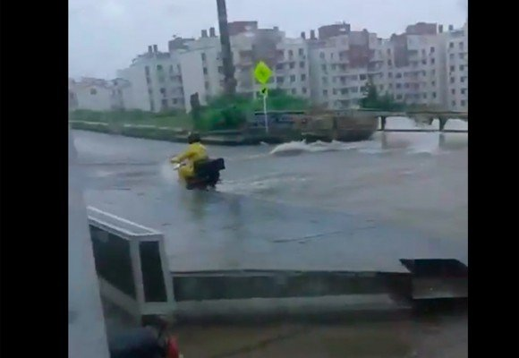 VIDEO: Motociclista casi pierde su vida al ser arrastrado por arroyo en Barranquilla
