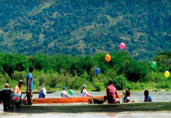 Magdalena marcha en canoas por la paz