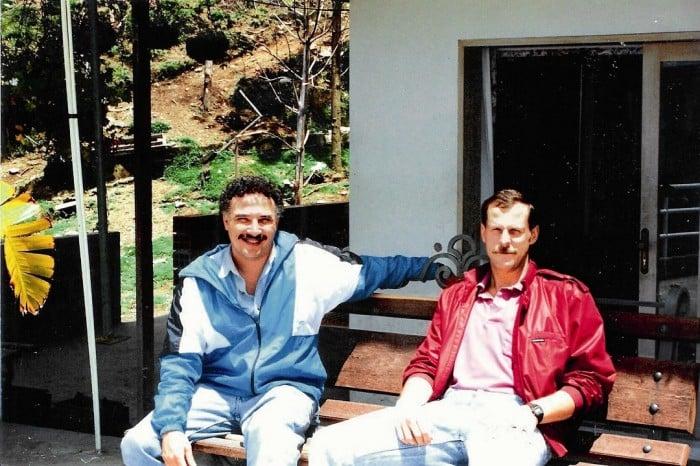 Los agentes Javier Peña y Steve Murphy en las montañas de Medellín persiguiendo a Escobar.