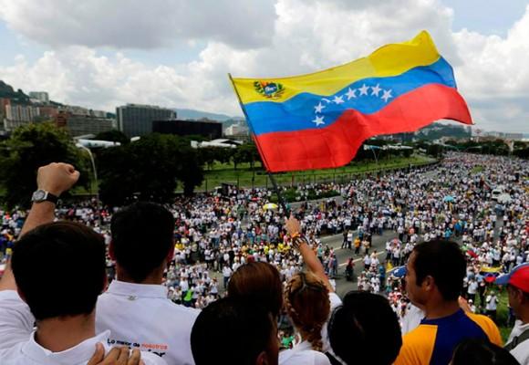 """Multitudes en Venezuela gritan """"No más Maduro"""""""