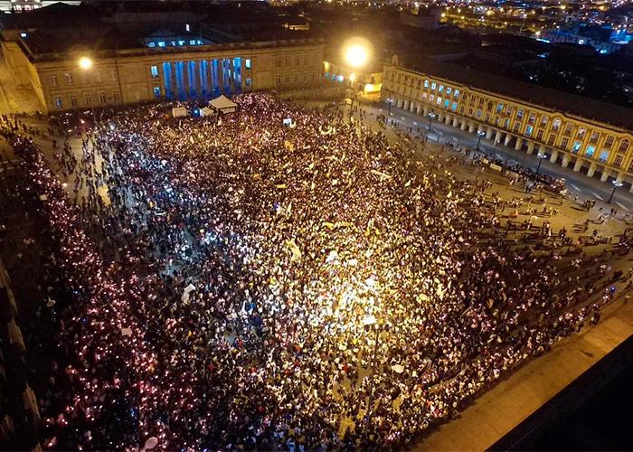 En una multitudinaria marcha de silencio y de velas encendidas los jóvenes piden paz