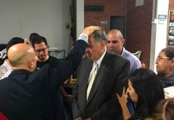 Alejandro Ordóñez: un creyente católico inclinado ante los pastores evangélicos