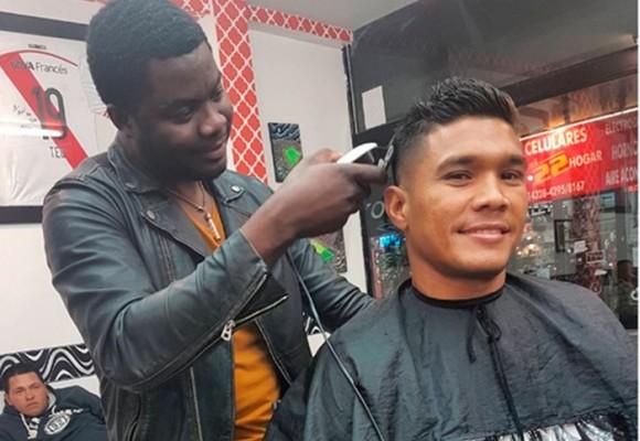 El peluquero valluno que tiene locos con sus cortes a los futbolistas argentinos