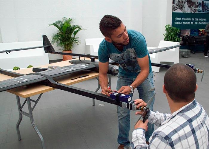 El vuelo del primer avión solar con internet colombiano