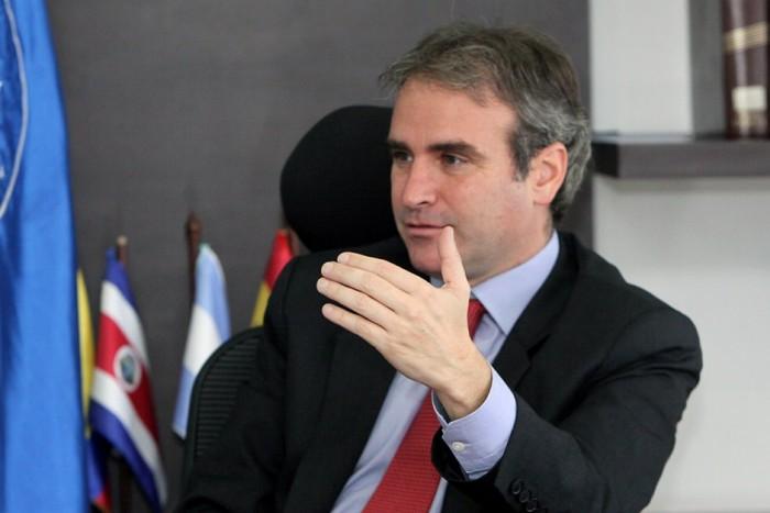 Pedro Felipe Robledo llegó a Vargas Lleras via su esposa Luz Maria Zapata y ha sabido mostrar los dientes de la Superintendencia de Industria y Comercio