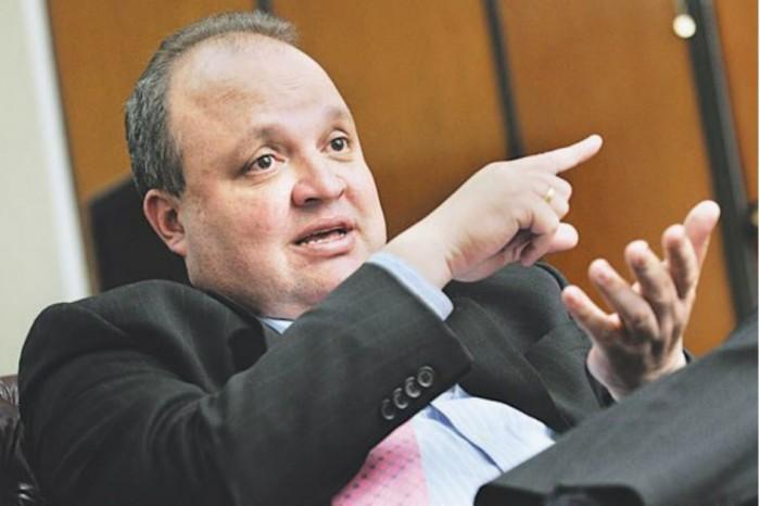 Jorge Enrique Vélez acompaña a Vargas  Lleras desde el 2002 quien lo respaldó para que Santos no nombrara en la Superintendencia de notariado