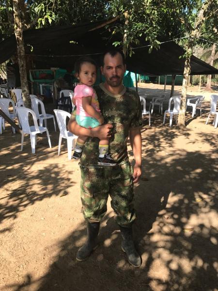 """""""Mi hija nació de los acuerdos de paz"""" dice este guerrillero"""